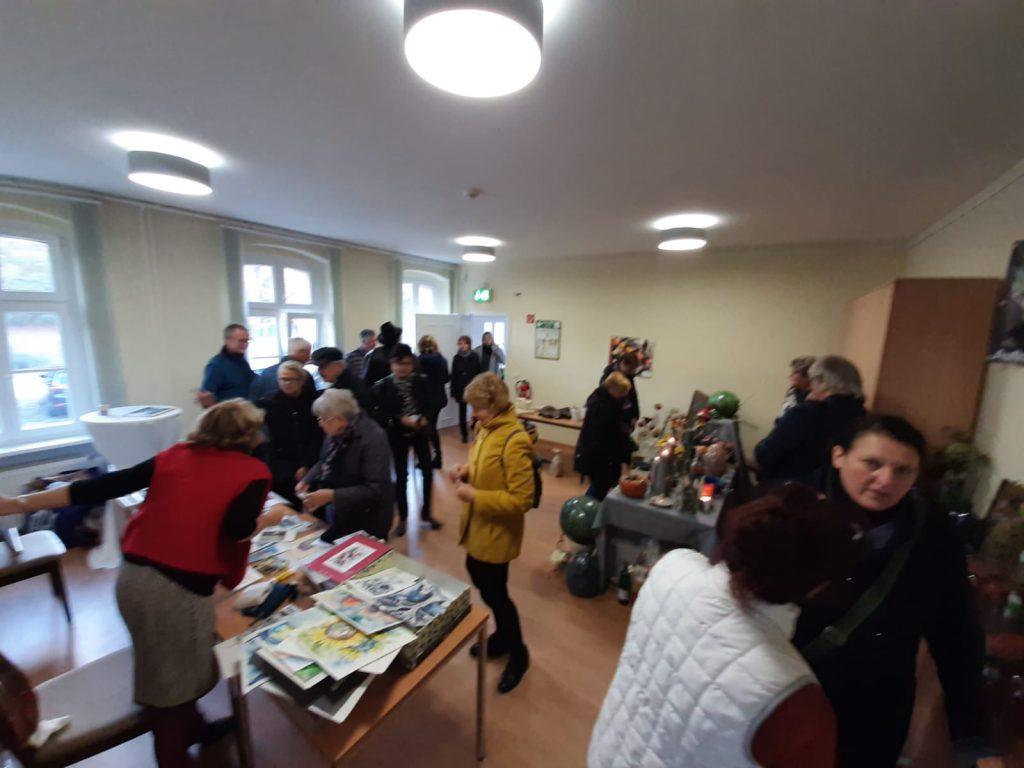 Besucher bei der ersten Grünheider Kunstmesse 2019