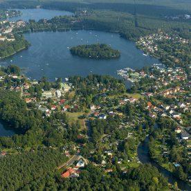 Blick von oben auf Grünheide und Seen