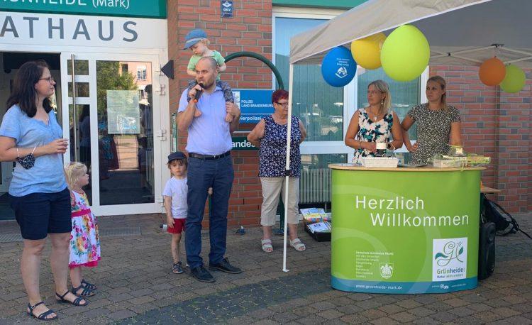 Eröffnung Kinder Kunstausstellung 2020 vor dem Rathaus Grünheide