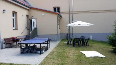 Rückansicht des Jugendclubs Grünheide mit Sitzecke und Tischtennis